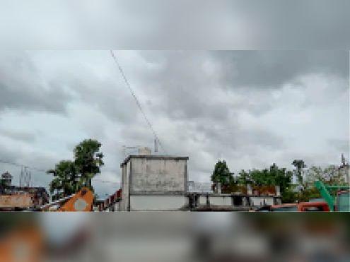 आसमान में छाया काला बादल - Dainik Bhaskar