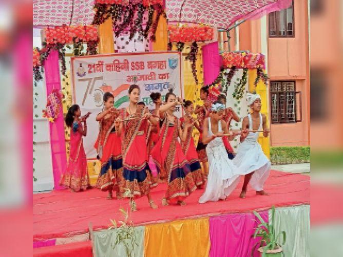 एसएसबी 21वीं वाहिनी के कैंप परिसर में नृत्य प्रस्तुत करते कलाकार। - Dainik Bhaskar