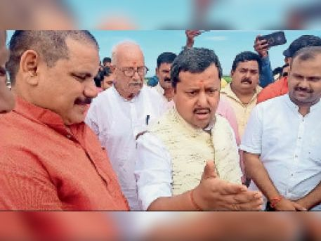 सड़क का जायजा लेने पहुंचे पथ निर्माण मंत्री नितिन नवीन व अन्य। - Dainik Bhaskar