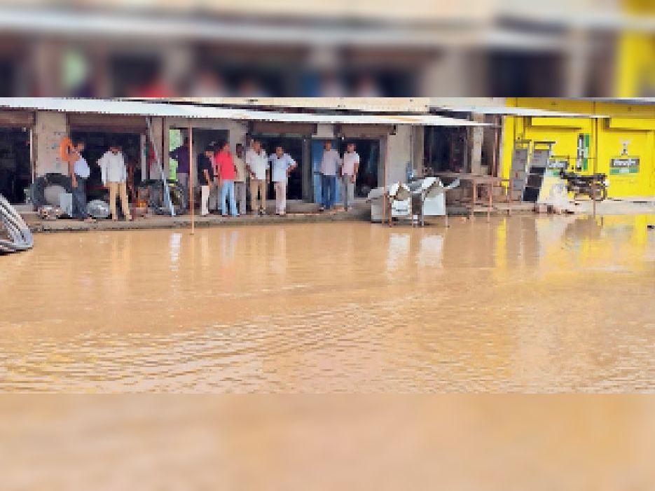 सिंघाना. मुख्य बाजार से बाइपास जाने वाली मुख्य सड़क पर भरा बरसात का पानी। - Dainik Bhaskar