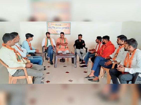 चिड़ावा. पार्टी कार्यकर्ताओं से चर्चा करते भाजपा जिलाध्यक्ष पवन मावंडिया। - Dainik Bhaskar