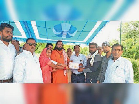 उदयपुरवाटी. रक्तदान करने वालों को प्रशस्ति पत्र प्रदान करते अतिथि। - Dainik Bhaskar