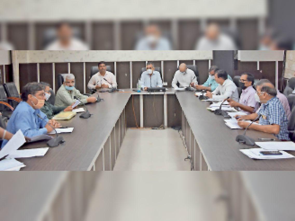 फतेहाबाद। लघु सचिवालय के सभागार में कृषि, राजस्व तथा पंचायत विभाग के अधिकारियों की पराली प्रबंधन विषय पर बैठक लेते उपायुक्त महावीर कौशिक। - Dainik Bhaskar