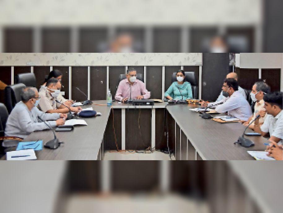 फतेहाबाद। लघु सचिवालय के सभागार में अधिकारियों की बैठक लेते उपायुक्त महावीर कौशिक। - Dainik Bhaskar