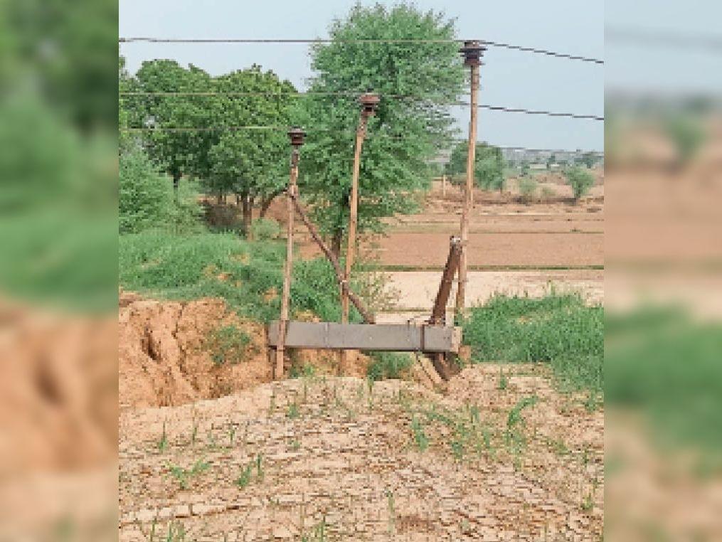 करणपुर  मंडरायल से करणपुर आ रही 33 केवी बिजली लाइन के तार पोल की जगह लकड़ी की बल्लियों पर खींचकर लाइन चालू कर दी है। हालात करीब दो महीने से ऐसे ही हैं। - Dainik Bhaskar