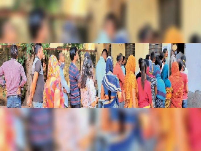 हिंडौनसिटी|राजकीय अस्पताल में वैक्सीनेशन के लिए महिला-पुरुषों की कतार लगी। - Dainik Bhaskar
