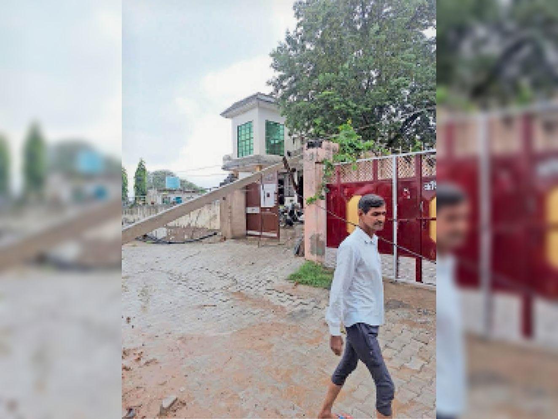 नांगल चाैधरी में मकान पर गिरा बिजली का पाेल। - Dainik Bhaskar