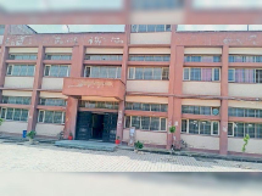 नांगल चाैधरी में विज्ञान संकाय का भवन। - Dainik Bhaskar