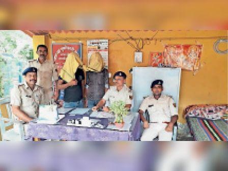मुसरीघरारी में पुलिस के साथ गिरफ्तार कारोबारी - Dainik Bhaskar