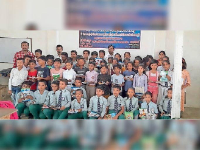 बिथान में चित्रकला प्रतियोगिता में शामिल बच्चे। - Dainik Bhaskar