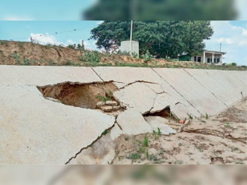 बागडोली | ढील बांध की नवनिर्मित पक्की नहर, जो कुछ ही महीनों में क्षतिग्रस्त हो गई। - Dainik Bhaskar