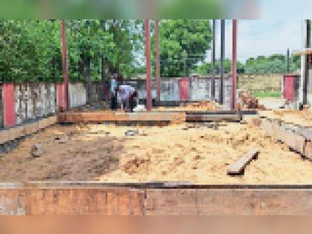 खिरनी | खिरनी सीएचसी पर ऑक्सीजन प्लांट के लिए निर्माणाधीन कार्य। - Dainik Bhaskar
