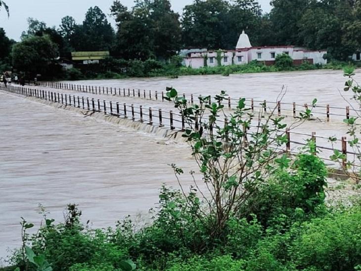 गरियाबंद के पास इस तरह बाढ़ में डूब गई है सड़क। कई रास्ते बंद कर दिए गए हैं, गांवों को खाली कराया जा रहा है।