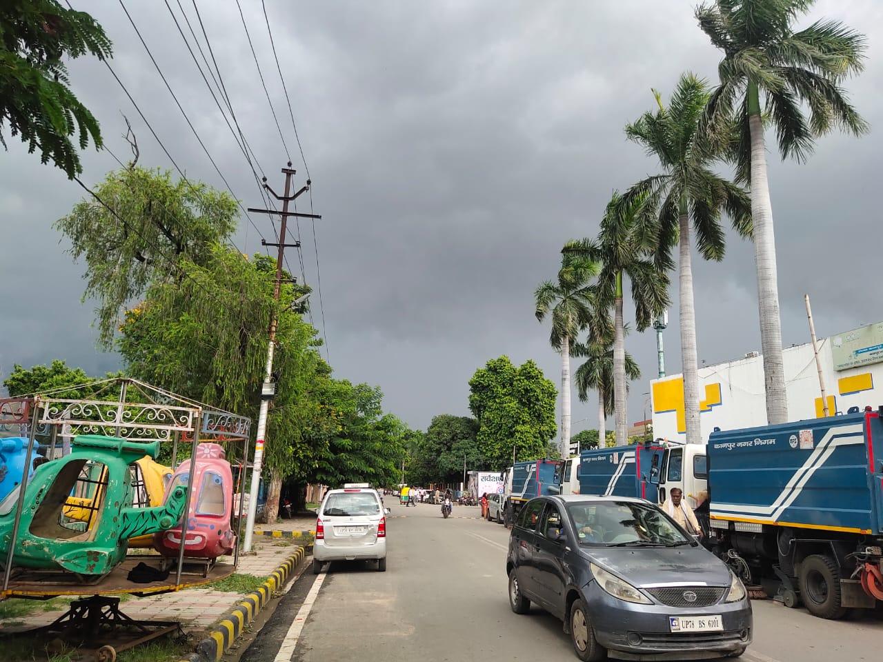 घने बादलों ने कराई बारिश। तेज हवाओं और बारिश की बूंदों ने गर्मी को किया छूमंतर। - Dainik Bhaskar