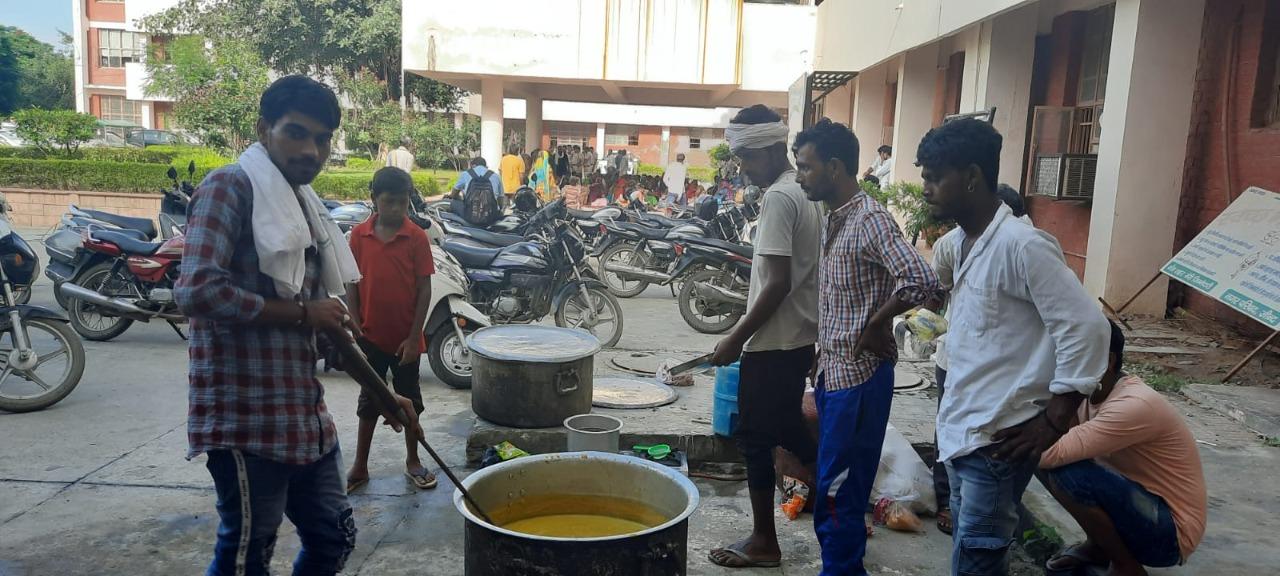 मिनी सचिवालय में धरना स्थल पर खाना बनाते लोग।