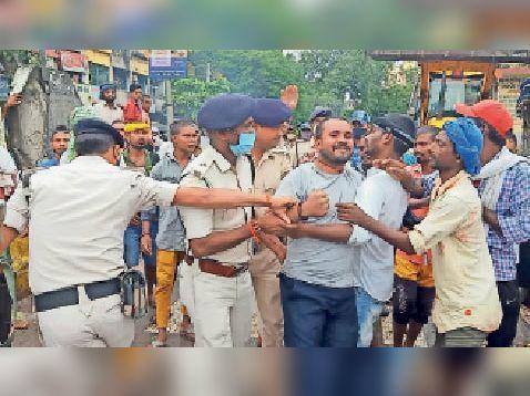 विरोध करने के दौरान पुलिस व सफाई कर्मियों के बीच हाथापाई। - Dainik Bhaskar