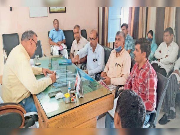 जींद. अध्यापक और स्कूलों की समस्याओं को लेकर जिला मौलिक शिक्षा अधिकारी के साथ बैठक करते अध्यापक संघ के सदस्य। - Dainik Bhaskar