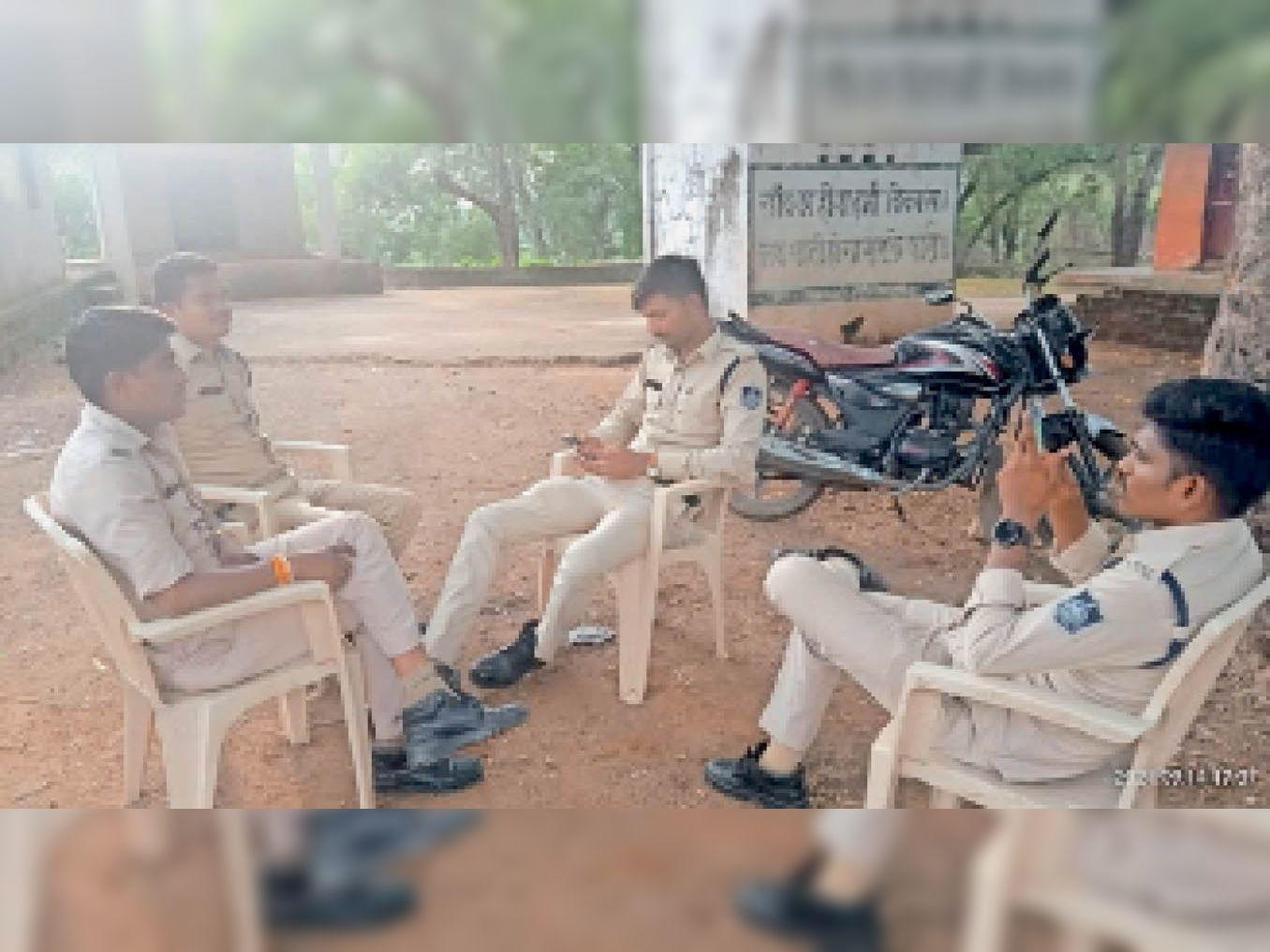 झकेला गांव में 6 दिन से तैनात है पुलिस बल। - Dainik Bhaskar