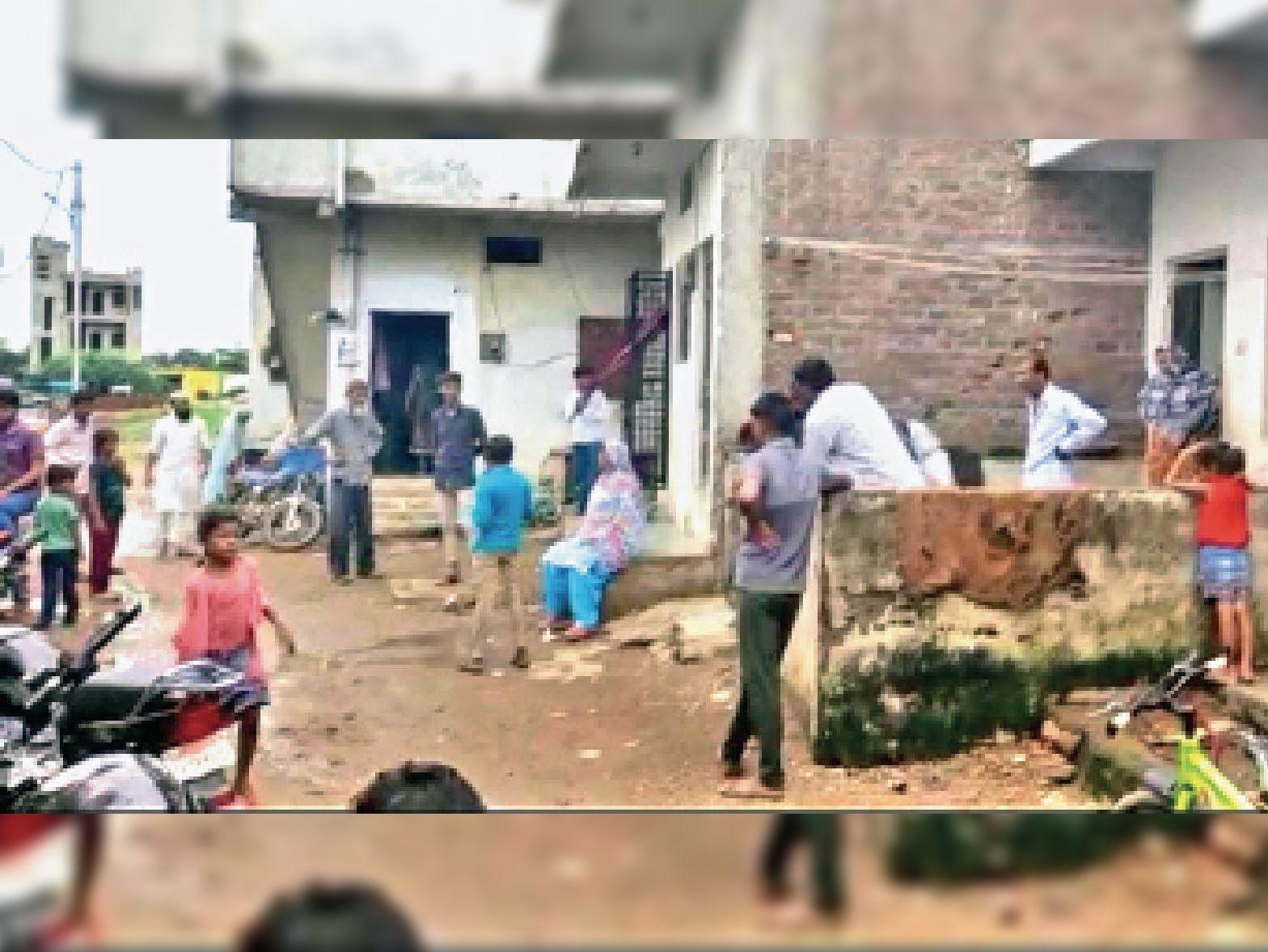 लाइन फाल्ट होने के बाद एकत्रित मोहल्ले के लोग। - Dainik Bhaskar