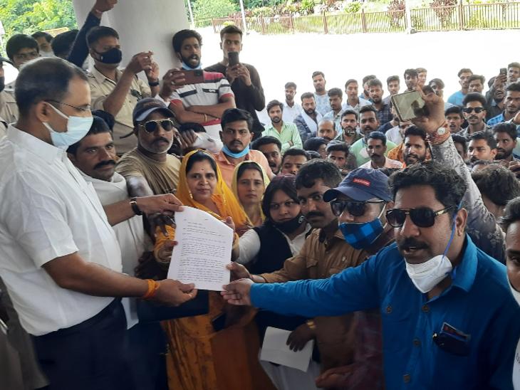 महाराणा प्रताप पर नीमच में की गई टिप्पणी के विरोध में राष्ट्रीय राजपूत करणी सेना ने प्रदर्शन कर सौंपा ज्ञापन रतलाम,Ratlam - Dainik Bhaskar