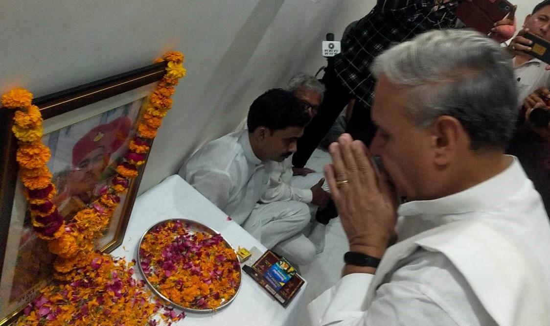 शहीद तरुण की फोटो पर पुष्प चढ़ाते केंद्रीय मंत्री राव इंद्रजीत सिंह। - Dainik Bhaskar