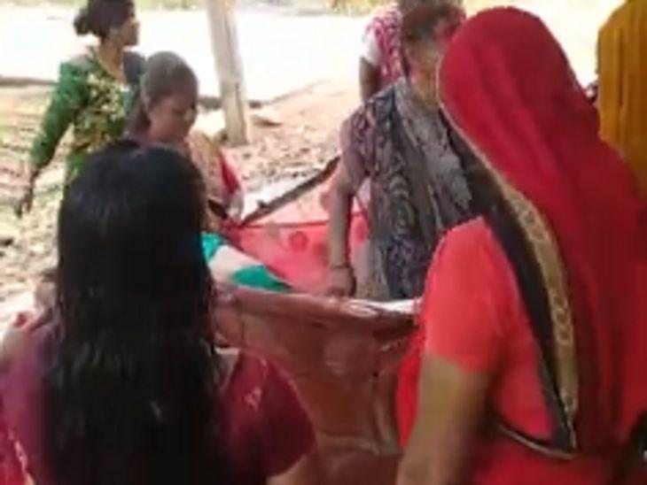 देवास में लेबर पेन नहीं होने पर अस्पताल से वापस घर लौट रही महिला को रास्ते में उठा दर्द, सड़क पर ही साड़ी के आड़ में बेटे को जन्म दिया देवास,Dewas - Dainik Bhaskar
