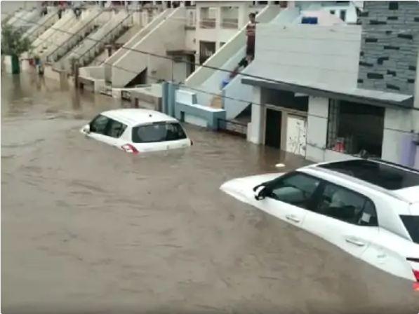 रिहायशी इलाकों में घुसा पानी घरों के अंदर तक पहुंच गया है।
