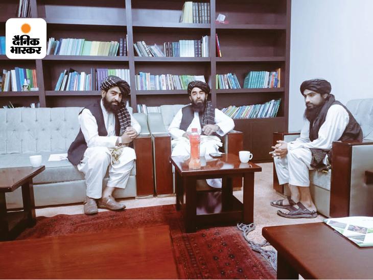 उकाब अल-हनफी (सबसे बाएं) तालिबान की सोशल मीडिया टीम का हिस्सा भी है। वो टीवी पर तालिबान का पक्ष रखने के लिए भी जाना जाता है।