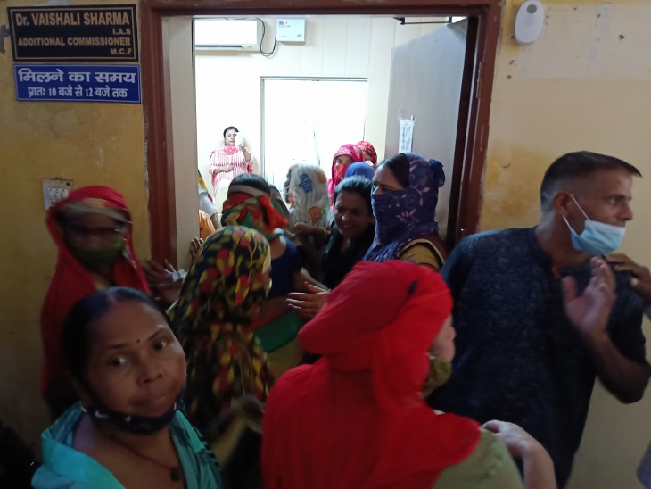 एक साल से चली आ रही सीवर ओवरफ्लाे की समस्या, सैकड़ों महिलाएं निगम पहुंचकर अफसरों को घेरा, बुलानी पड़ी पुलिस|फरीदाबाद,Faridabad - Dainik Bhaskar