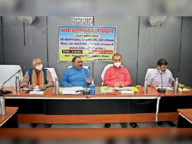 बैठक में भाग लेते प्रभारी मंत्री व अन्य - Dainik Bhaskar
