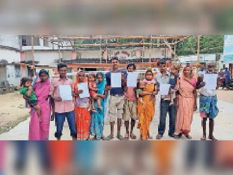 मंगलवार को सीओ कार्यालय आवेदन देने पहुंचे अग्निपीड़ित परिवार। - Dainik Bhaskar