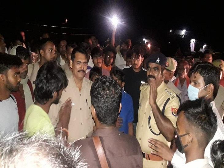 आजमगढ़ जिले के लालगंज में वाहन टक्कर से 30 वर्षीय युवक की मौत के बाद सड़क जाम करते ग्रामीण। - Dainik Bhaskar