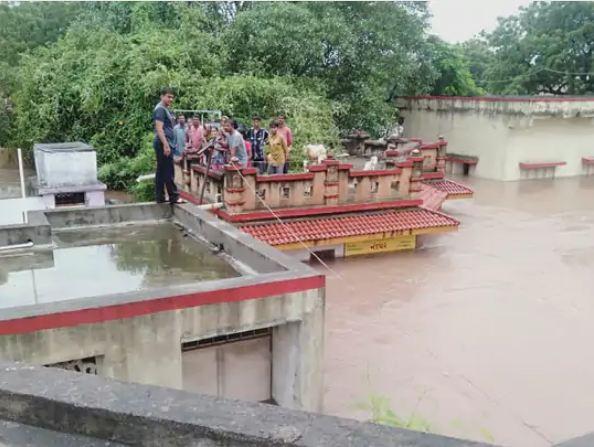 भारी बारिश के कारण राजकोट में स्कूल और कॉलेज में आज छुट्टी घोषित कर दी गई है।