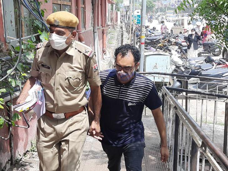 आरोपी को लेकर जाती पुलिस। - Dainik Bhaskar