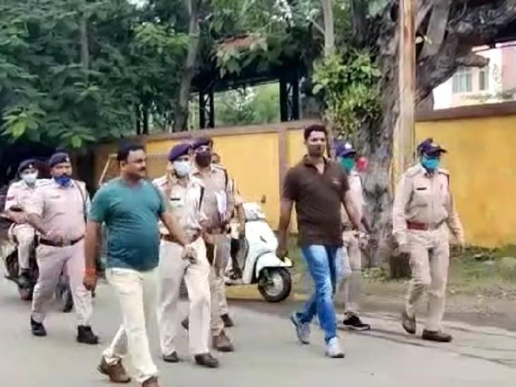आरोपी का पैदल मार्च निकाला, पुलिस बोली- वाहन खराब हो गया था बैतूल,Betul - Dainik Bhaskar