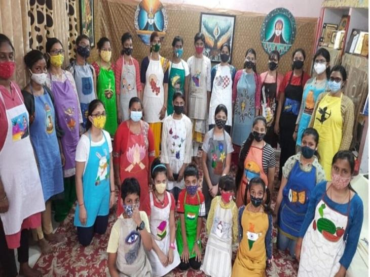 आजमगढ़ जिले में हिन्दी दिवस के अवसर पर बच्चों ने भरे एप्रन में वर्णमाला के रंग। - Dainik Bhaskar