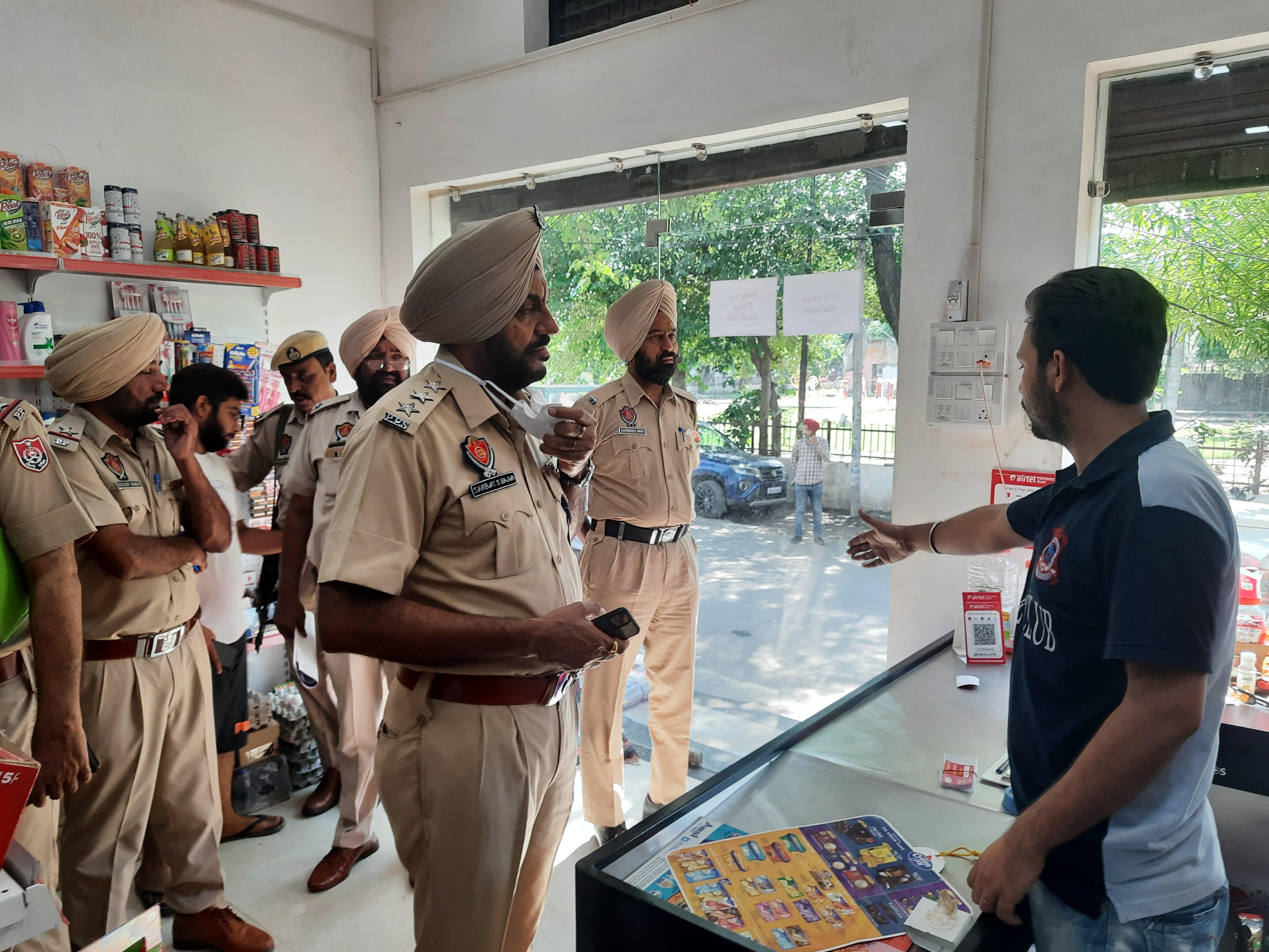 बाइक पर आए 2 बदमाशों में से एक ने तानी पिस्टल, दूसरे ने निकाले पैसे व मोबाइल; चंद मिनटों में ग्रॉसरी शॉप लूटकर हुए फरार अमृतसर,Amritsar - Dainik Bhaskar