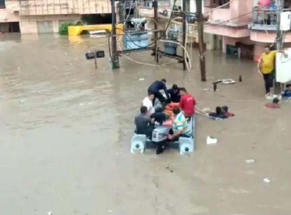 भारी बारिश के कारण जामनगर की सड़कों पर नदियों की तरह पानी बह रहा है।