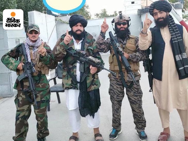 काबुल एयरपोर्ट के एक गेट पर अन्य तालिबानियों के साथ तैनात उकाब अल-हनफी (सबसे दाएं)।