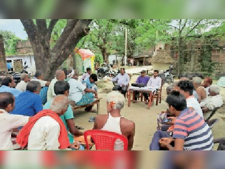 औराई गांव में आयोजित बैठक में मौजूद किसान। - Dainik Bhaskar