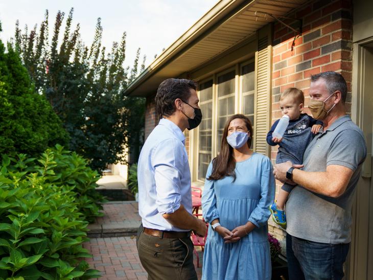 चुनाव प्रचार के दौरान एक परिवार से बातचीत करते जस्टिन ट्रूडो।