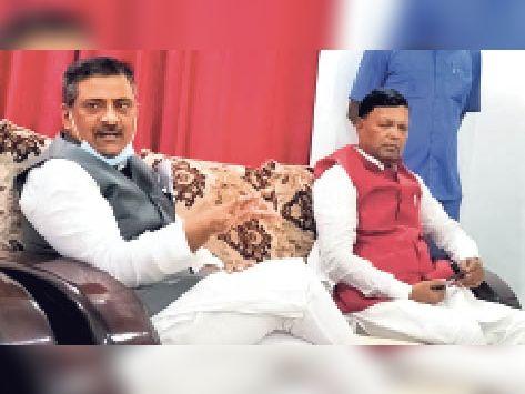 अतिथि गृह में प्रेसवार्ता करते मंत्री व उपस्थित पिपरा विधायक। - Dainik Bhaskar
