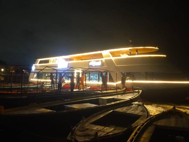 क्रूज के टकराने के बाद यात्रियों को बाहर निकालते नाविक और क्रूजलाइन के स्टाफ।
