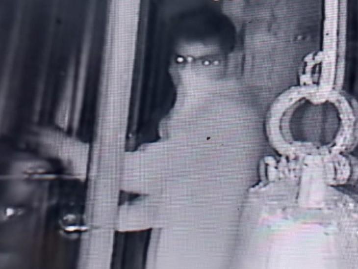 मंदिर में चोरी करता हुआ बदमाश। - Dainik Bhaskar