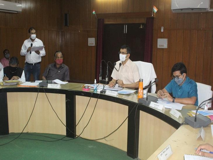 सड़क निर्माण, भवन निर्माण व मरम्मत की सूची उपलब्ध कराएं अधिकारी, स्वास्थ्य व्यवस्था पर ध्यान दें CMO|आजमगढ़,Azamgarh - Dainik Bhaskar