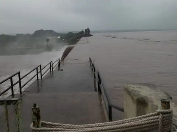 निचले इलाकों को अलर्ट किया गया है, क्योंकि बाढ़ का खतरा बढ़ता जा रहा है।
