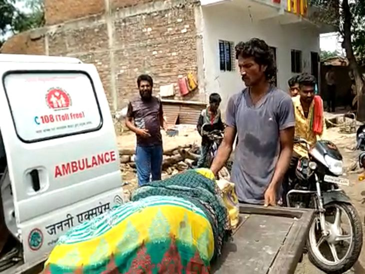 एंबुलेंस से महिला और बच्चे को अस्पताल लेकर जाया गया।