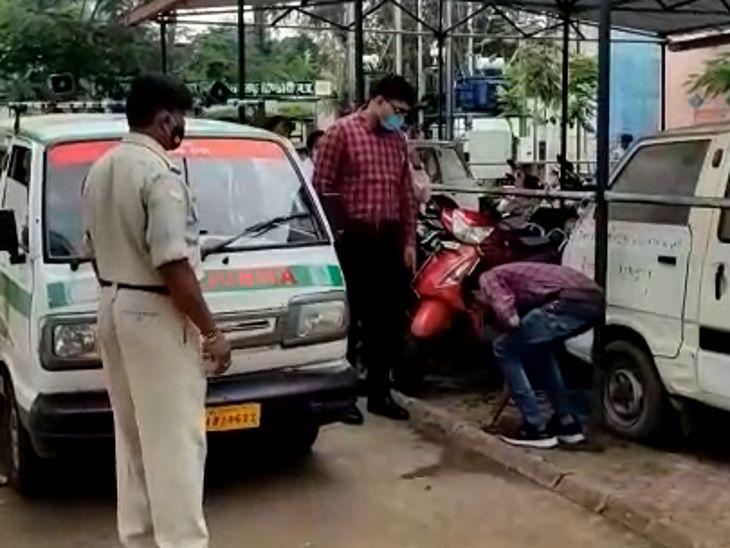 कर्मचारी ने अस्पताल में थूका तो कलेक्टर ने फटकारा, फिर सामने ही हाथ से साफ करवाया, बोले- नीच कहीं का, गंदगी कोई करे और साफ दूसरे करें|जबलपुर,Jabalpur - Dainik Bhaskar