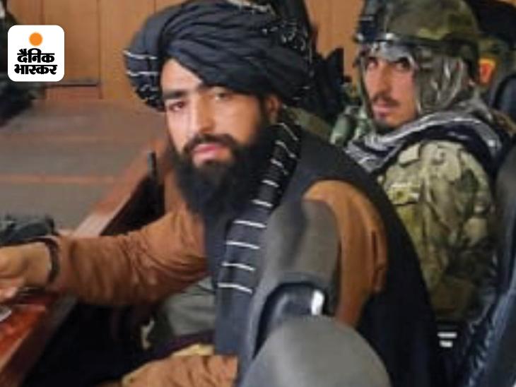 काबुल पर काबिज होने के बाद तालिबान की पहली प्रेस कॉन्फ्रेंस के दौरान सामने दर्शक दीर्घा में तालिबानियों के साथ मौजूद उकाब अल-हनफी।