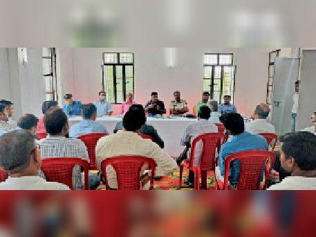हुसैनगंज में आयोजित बैठक में अधिकारी और कर्मचारी। - Dainik Bhaskar